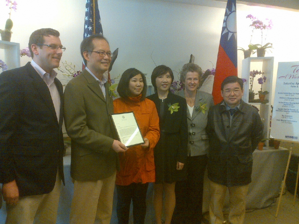 "On April 5, 2014, Assemblyman Braunstein attended the Queens Botanical Garden's ""Taiwan: A World of Orchids"" display, presented in conjunction with the Taipei Economic and Cultural Office, with Congre"