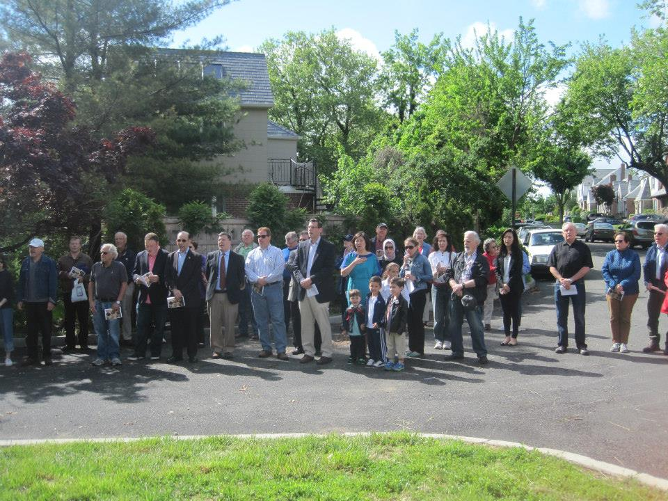 On May 24, 2014, Assemblyman Braunstein participated in the Bayside Hills Civic Association's Memorial Day Observance Ceremony.