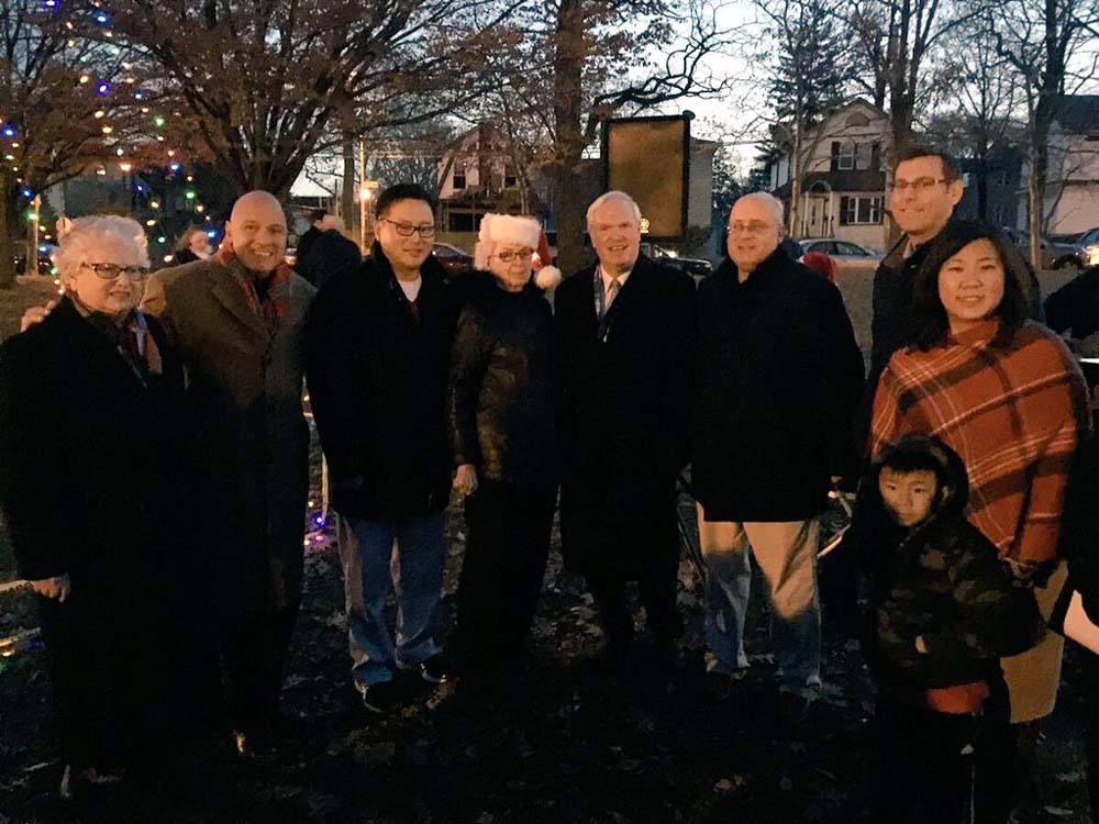 On December 6, 2015, Assemblyman Braunstein attended the Bowne Park Civic Association and Broadway-Flushing Civic Association holiday lighting at Bowne Park with his colleagues.