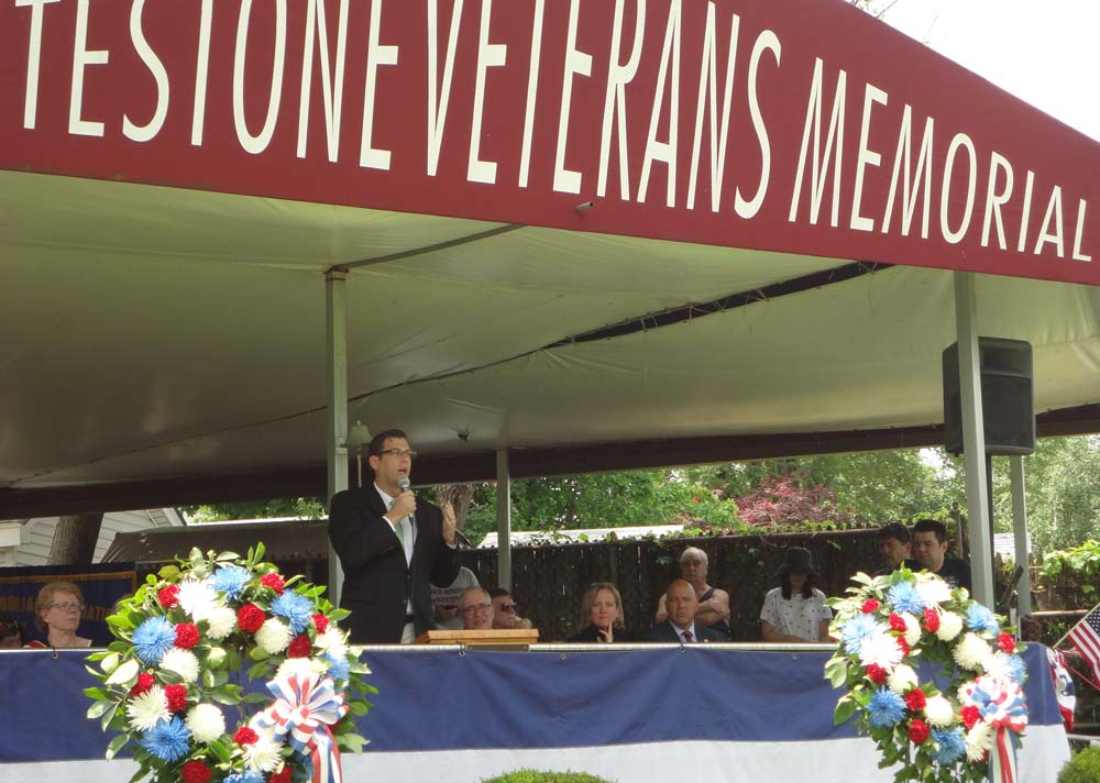 On May 30, 2016, Assemblyman Braunstein marched in the Whitestone Memorial Day Ceremony & Parade.