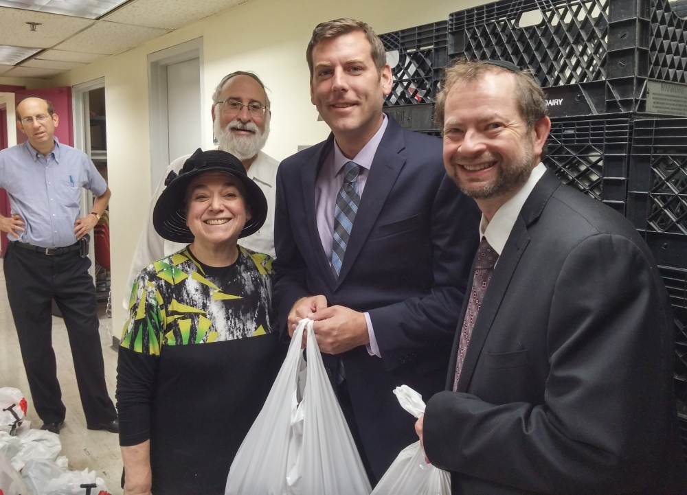 On September 25, 2016, Assemblyman Braunstein joined the Queens Jewish Community Council at its food distribution for Rosh Hashanah.