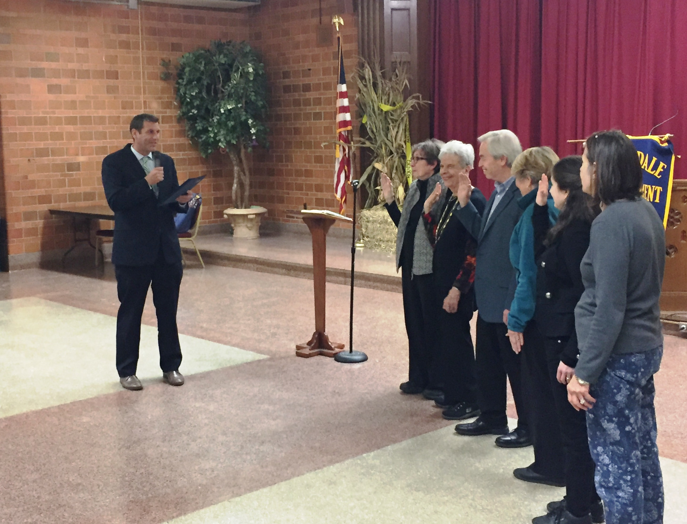 On October 16, 2018, Assemblyman Braunstein conducted the swearing-in ceremony of the Auburndale Improvement Association, Inc. Board of Directors.
