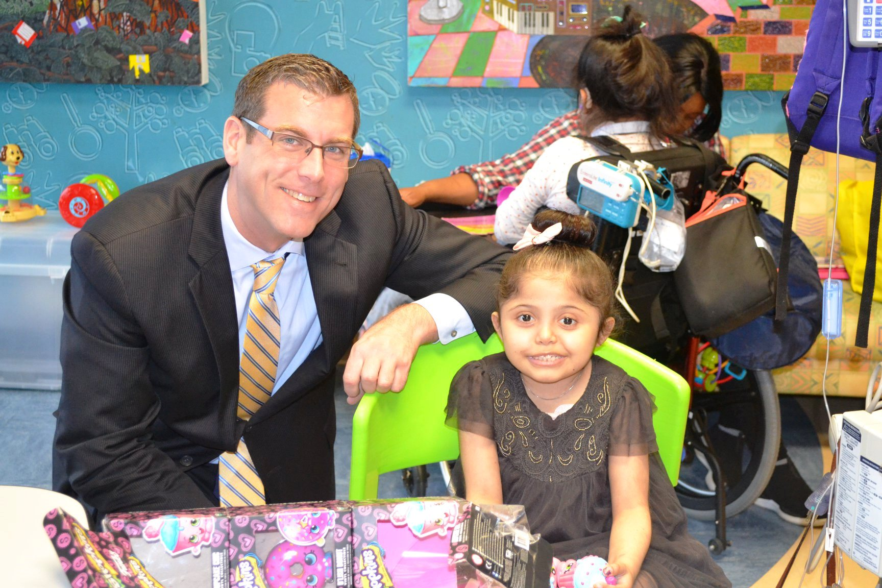 On December 21, 2018, Assemblyman Braunstein distributed toys from his office's 8th Annual Holiday Gift Drive to children at St. Mary's Hospital for Children.