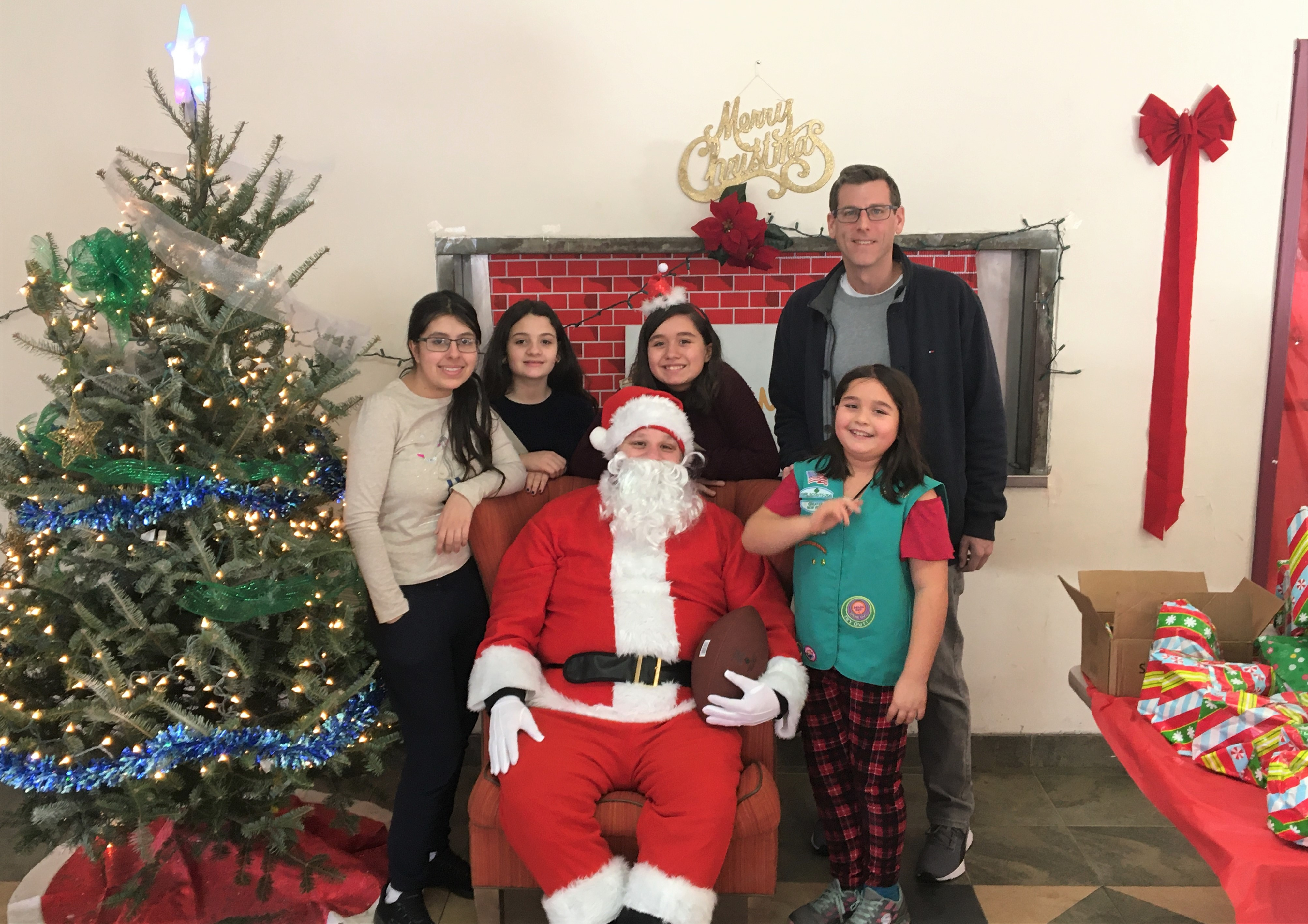 On December 22, 2019, Assemblyman Braunstein joined Santa and members of Girl Scout Troops 4076 and 4102 at the Belt Park Family Shelter.