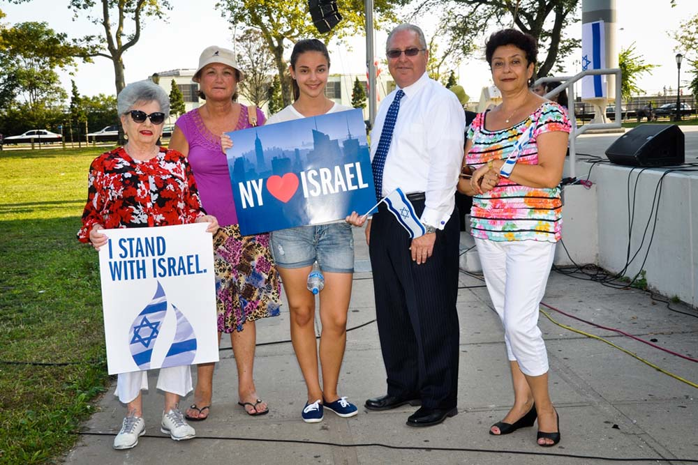Assemblyman Steven Cymbrowitz with Israel supporters at his Brooklyn Unites for Israel rally at Asser Levy Seaside Park.