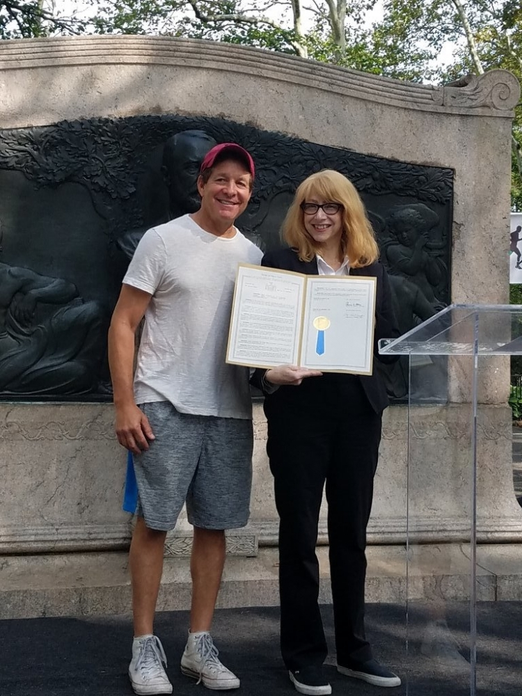 Assemblymember Linda B. Rosenthal presents a proclamation to actor Steve Guttenberg for his advocacy work at the seventh annual New York Walk to Fight Lymphedema.<br />&nbsp;