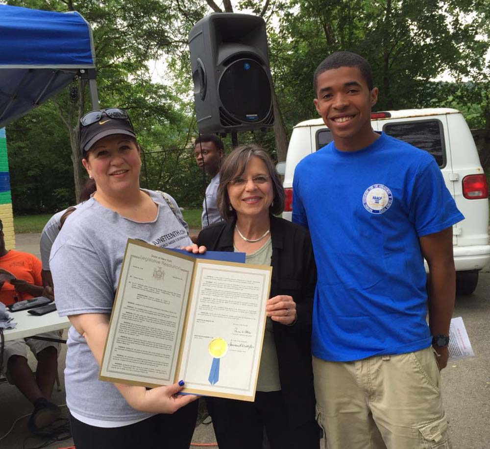 June 20, 2015 – Assemblywoman Lupardo presents an Assembly proclamation commemorating Juneteenth at the annual Binghamton celebration.