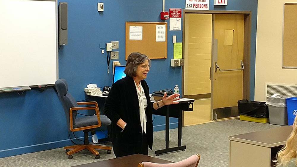 October 28, 2016 – Assemblywoman Lupardo speaks with Maine-Endwell High School students and challenges them to help make our community a better place to live.<br />