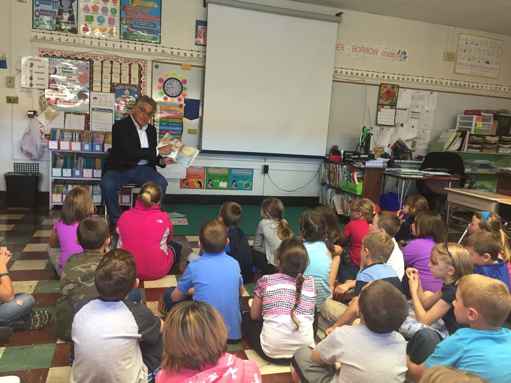 Assemblyman Stirpe reads to 2nd graders at Fabius Pompey Elementary School.