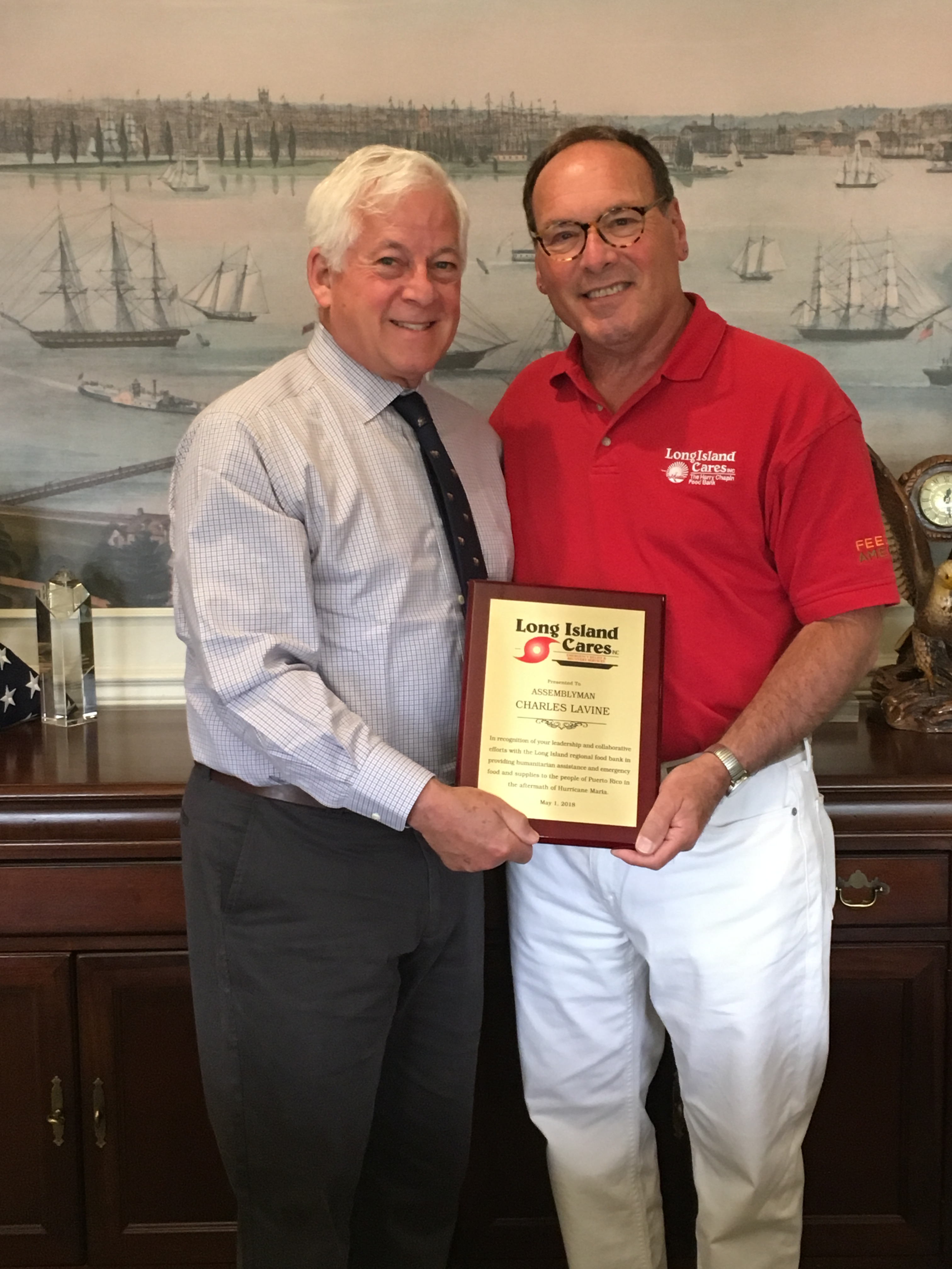 Paul Pachter, CEO of Long Island Cares presenting the plaque to Assemblymember Lavine<br />&nbsp;